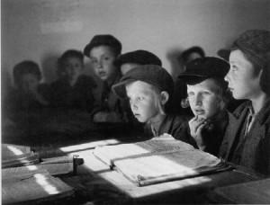 [Niños+estudiando+el+Talmud+en+Trnava,+Checoslovaquia,+1937.jpg]