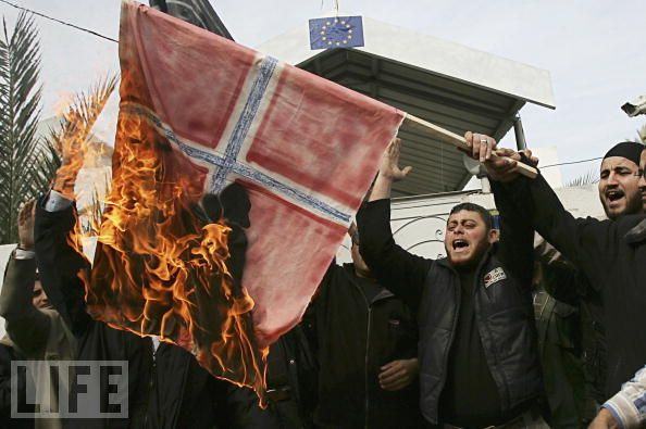 norway-flag-burned-by-muslims-in-norway-not-eu-flag-in-photo