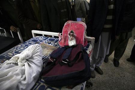 La moto-bomba alcanzo de lleno a un colegio, niñas y madres saltaron por los aires despedazadas. Aquí el cadáver de una niña con su mochila del cole.