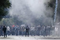 Manifestantes chocan con las fuerzas antidisturbios cerca de Ministerio del Interior en Túnez.