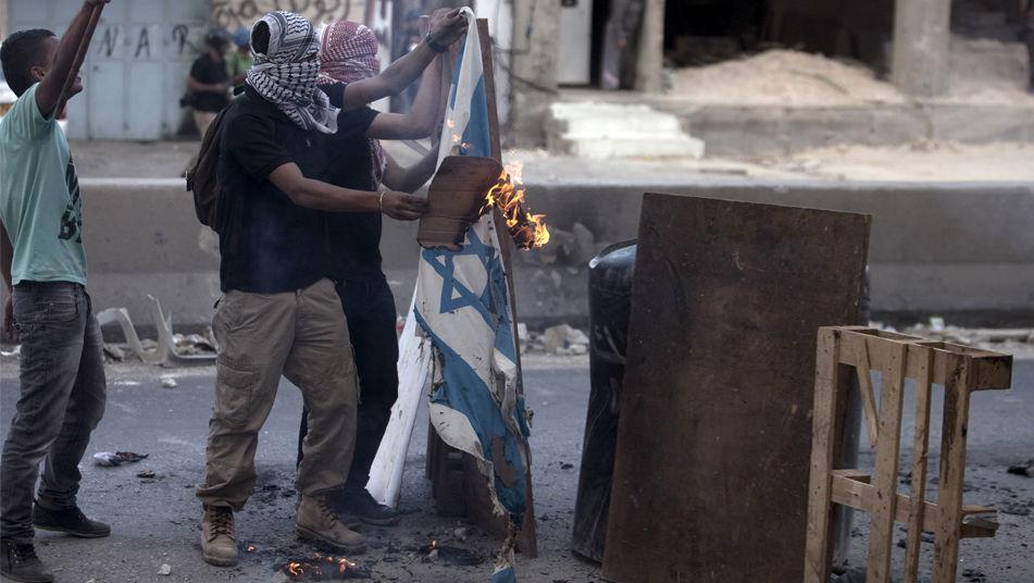 Quema-banderas-israelies-jovenes-palestinos_TINIMA20110924_0452_3 (1)