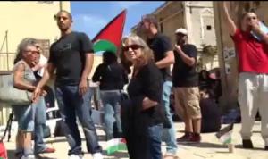 Patriota judia enfrenta antisionistas arabes y judios en Iaffo,Israel
