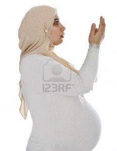 14580451-arabe-musulmana-embarazada-rezando