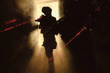 Soldados IDF entrenamiento nocturno con miras laser.