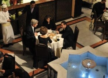 Los Kerry y los Assad cenaron juntos en el restaurante Naranj de la ciudad vieja de Damasco en el año 2009, un recordatorio de que algunos de los que hoy son más febrilmente anti-Bashar se encontraban hasta hace poco también entre sus apologistas más deseosos.
