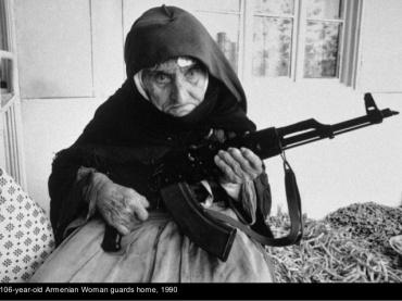 Anciana preparándose para hacer ganchillo.