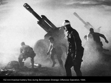 Batería del 152 mm Howitzer durante la ofensiva de 1944 en Bielorusia.
