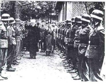 El Musti de Jerusalém Amin al Husseini, líder del mundo musulmán y tío de Arafat, fundador de La Liga Árabe y Presidente del Congreso Islámico Mundial en 1961, inspecciona sus tropas nazis.