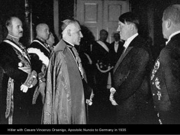 El Nuncio Apostólico Alemán Vincenzo Orsenigo con Hitler en 1935.