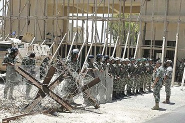 Fila soldados egipcios tras alambrada