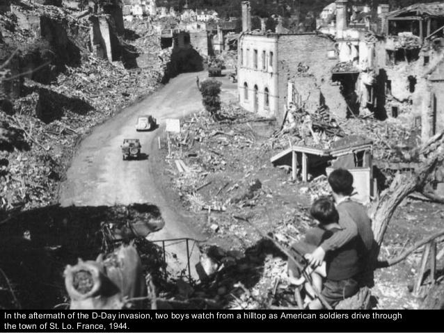 """Dos niños de St. Lo Francia en 1944 tras el día """"D"""" observando el paso de un convoy americano."""