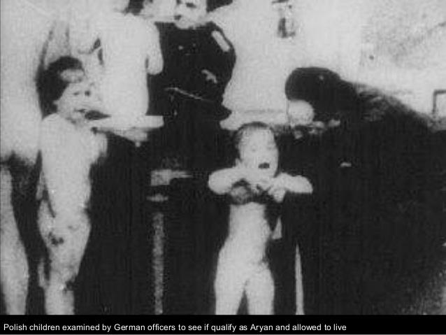 Oficiales alemanes separando a niños arios de o arios para su sacrificio.
