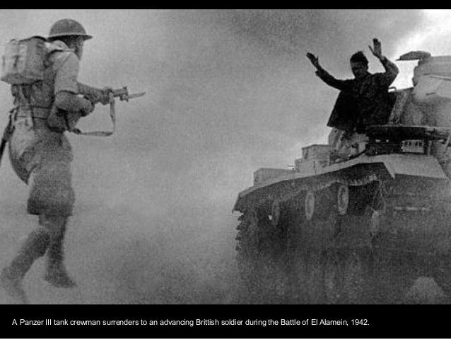 Panzer III rindiéndose a un soldado British durante la batalla de El Alamein en 1942.