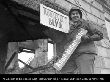 Soldado americano cambiando la Adolf Hitler Str. Por la Avnd. Rooselvet.