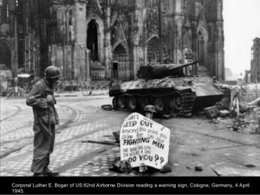 Soldado americano de la 82 aerotransportada en Colonia-Alemania el 4 de Abril de 1945.