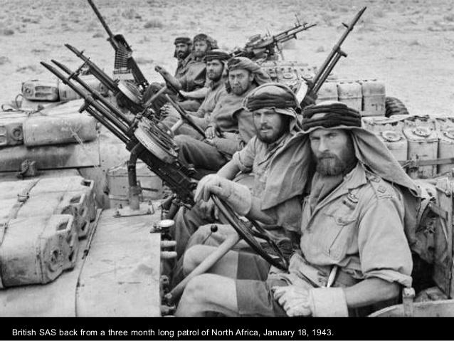 Soldados del SAS British de patrulla en el norte de África en el 43.