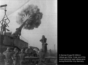 Tren artillado nazi Krupp K5 283 mm haciendo fuego.