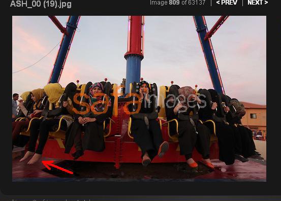 muchachas arabes de juerga, a la descocada de la izquierda le van a caer unos cuantos latigazos por enseñar el tobillo