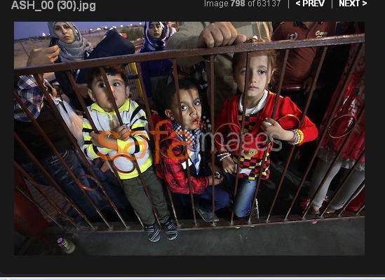 """niños """"palestinos"""" encerrados tras las rejas, sin cargo judicial siendo cruelmente torturados por la perfidia sionista al tener que esperar para entrar en una atraccion"""