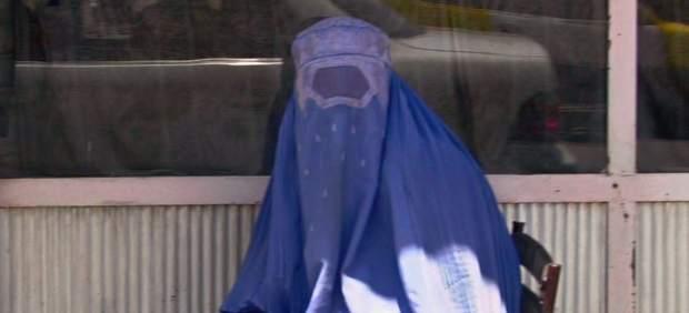 Casi la mitad de los británicos se plantea abandonar el país al verlo convertido en un estercolero multicultural - Página 3 Sospechoso-burka