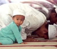 su-musulmanes-rezando-nino