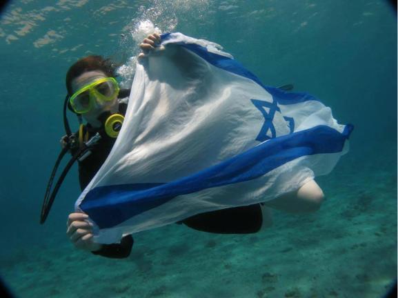 Bandera israeli portada por buzo femenino