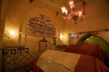 400px-Tomb_of_Ester_and_Mordechai_interior
