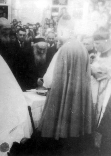 El Gran Rabino de Mir Avraham-Hirsch Kamal, recibiendo al clero católico que visitaba la cudad