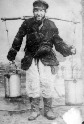 Shmuel vendedor de agua en la Mir.
