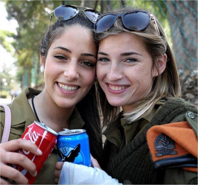 Soldaditas IDF tomando refrescos