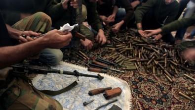 Combatientes del Ejército Libre Sirio limpian sus armas y municiones comprobar en su base en las afueras de Alepo, Siria, 14 de noviembre 2012 (Crédito de la foto: AP / Khalil Hamra) Read more: Syrian rebel officer: We could work with Israel to oust Assad, quietly | The Times of Israel http://www.timesofisrael.com/syrian-rebel-officer-we-could-work-with-israel-but-quietly/#ixzz31jT411Sl  Follow us: @timesofisrael on Twitter | timesofisrael on Facebook