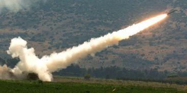 un-cohete-disparado-por-un-sistema-de-lanzacohetes-mc3baltiple-mlrs-se-lanza-contra-un-objetivo-de-hezbolc3a1-en-el-sur-del-lc3adbano-12-de-agosto-2006-a-partir-de-una-base-de-avanzada-en-la.jpg