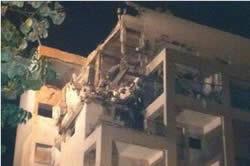 Grandes daños a un edificio en Rishon Le'zion por el impacto de un cohete Fajr 5 (página Facebook de la Policía de Israel, 20 de noviembre de 2012)