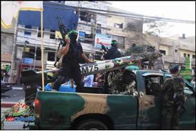 Terroristas de Hamas en la Franja de Gaza y un cohete M75 durante un desfile militar para conmemorar el primer aniversario de la operación Pilar defensivo (YouTube y Paltimes.net, 14 de noviembre de 2013)