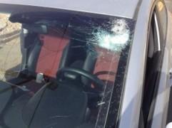 Coche golpeado por piedras lanzadas por los árabes en el territorio administrado por el PA