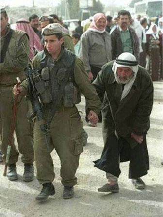 Soldadito IDF ayudando a anciano árabe