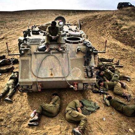 Soldados durmiendo blindado uno de guardia