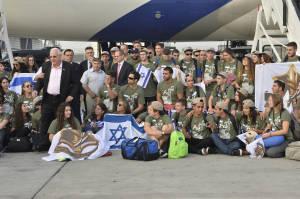 Soldados solitarios recibido por el presidente Rivlin al aeropuerto Ben-Gurion en la mañana del martes. Foto KKL