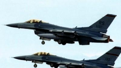 F-16 aviones de combate en vuelo..