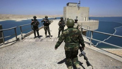 Los ataques aéreos de Estados Unidos ayudaron a las fuerzas kurdas desalojar militantes ISIS de la presa de Mosul