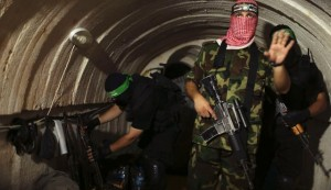 Terroristas de hamas reconstruyendo tuneles