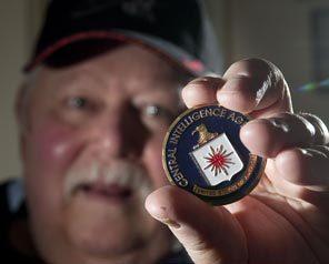 James Noce tiene un medallón que él dice le fue dado por la CIA en una reciente convención en Las Vegas Reuniones de Área 51 veteranos solían ser clandestinas.