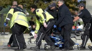 Paramédicos y policías transportan a una víctima del ataque en el Monumento de la Guerra en Ottawa Un soldado que hacía la guardia de honor resultó herido y  ha muerto