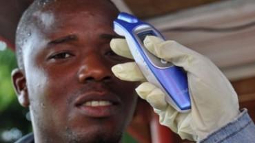 Un médico mide la temperatura de uno de los posibles contagiados con ébola en África