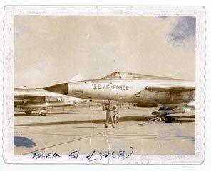 Una vieja foto muestra a James Noce con un F-105 cuyo piloto dice aventurado en el Área 51.