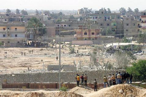 palestinos miraban una casa después de que fue volada durante una operación militar de las fuerzas de seguridad egipcias en la ciudad egipcia de Rafah cerca de la frontera con el sur.jpg noviembre 23, 2014