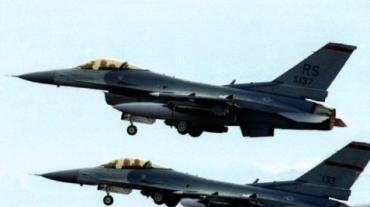 F-16 aviones de combate en vuelo.