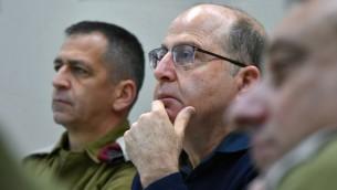 El ministro de Defensa Moshe Yaalon (R) con el jefe del Comando Norte de General de División. Aviv Kochavi durante una visita al Comando Norte de Israel el 23 de enero de 2015. (Foto: Ariel Hermoni / Ministerio de Defensa)