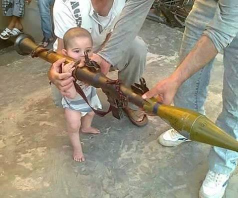 Niño moro mierda con un RPG