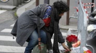 Poniendo flores a las victimas judías de Paris